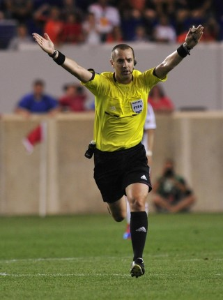 a referee plays the advantage